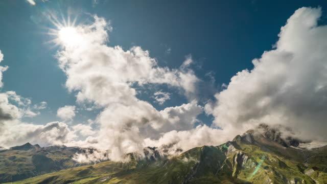Timelapse av moln över schweiziska bergen solig dag