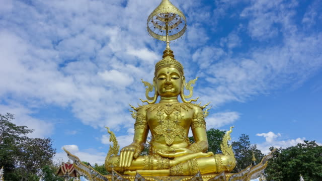 vídeos de stock e filmes b-roll de time-lapse of clouds over the golden buddha in day time - hinduísmo