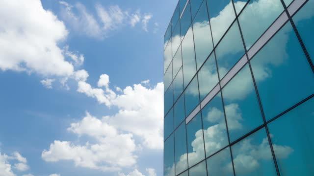 Time lapse di nuvole che riflette in tutte le sfaccettature a specchio di un edificio moderno.