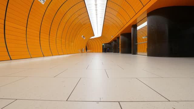 stockvideo's en b-roll-footage met timelapse van commuter bij de metro van münchen - stadsplein