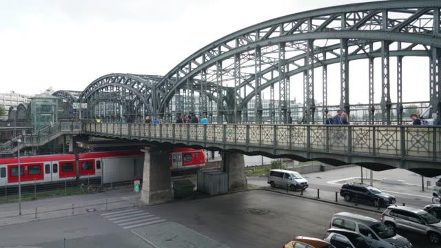 vídeos y material grabado en eventos de stock de time-lapse de trenes a la estación de tren - centro de berlín