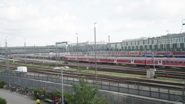 stockvideo's en b-roll-footage met time-lapse van commuter op sncf-station - commercieel landvoertuig