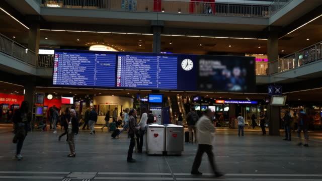 CNEUCIT1148 Zeitraffer des commuter am Bahnhof
