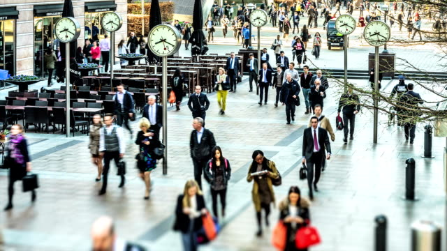 vídeos de stock e filmes b-roll de time-lapse of commuters arriving for work at canary wharf - menos de 10 segundos