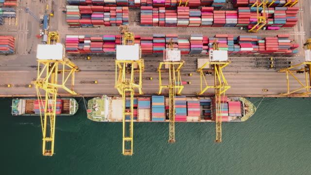 vídeos y material grabado en eventos de stock de timelapse de buques de carga de contenedores en la logística de los negocios de exportación de importación y el transporte de buques de carga internacionales. - plataforma de construcción
