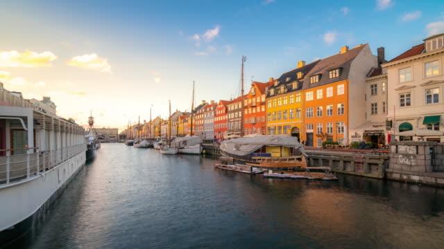 vídeos y material grabado en eventos de stock de time-lapse del puerto nuevo de dinamarca en copenhague nyhavn - copenhagen