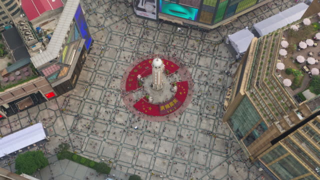 timelapse of crowds looking down on peoples liberation monument, chongqing, china - pedestrian video stock e b–roll