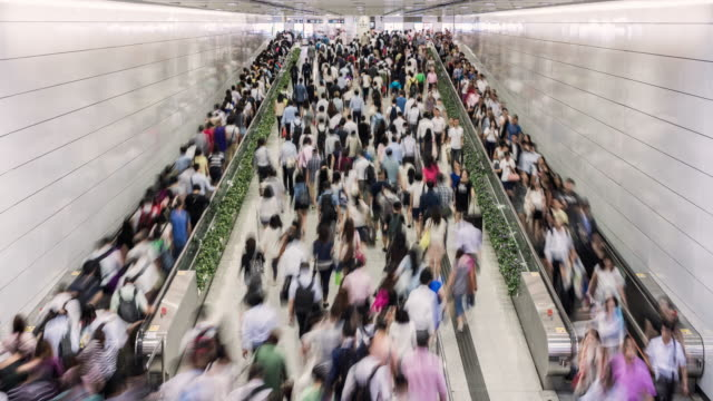 timelapse of crowds of people using the hong kong mtr during morning rush hour - ora di punta video stock e b–roll