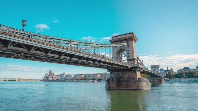 vidéos et rushes de timelapse du danube et du pont de chaîne dans le matin à budapest - culture de l'europe de l'est
