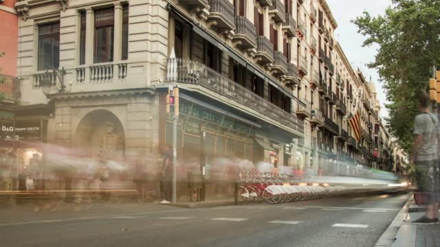 vídeos de stock e filmes b-roll de timelapse of day city traffic near la rambla in barcelona, spain. august 2013. - 2013