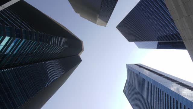 タイムラプスショットの下の高層ビルとスカイ - 真下からの眺め点の映像素材/bロール