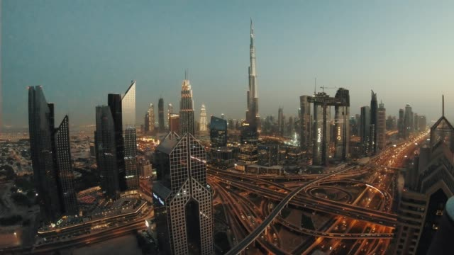 vídeos de stock e filmes b-roll de timelapse of dubai skyline during sunset blue hour - dubai