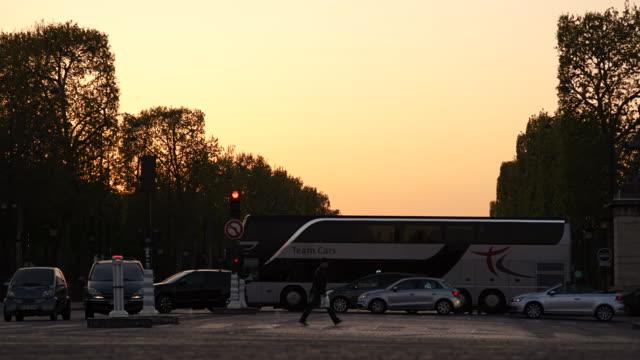 vidéos et rushes de time-lapse of dusk to night at the arc de triomphe - arc élément architectural