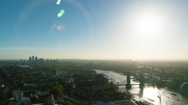timelapse of east london and tower bridge with rising sun - city von london stock-videos und b-roll-filmmaterial