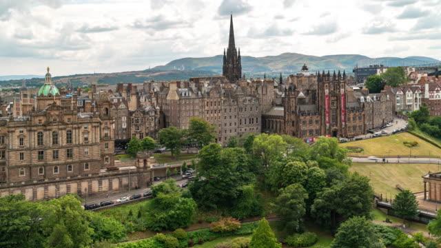 time-lapse of edinburgh old town in scotland uk - edimburgo video stock e b–roll