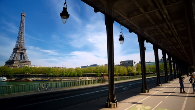vidéos et rushes de time-lapse of eiffel tower and bir-hakeim bridge, paris, france - pont de bir hakeim