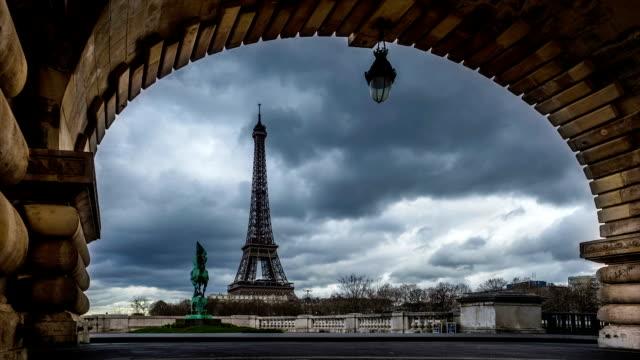 time-lapse of eiffel tower seen through the pont de bir-hakeim - pont de bir hakeim stock videos & royalty-free footage