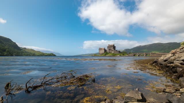 timelapse of eilean donan castle in scotland - insel skye stock-videos und b-roll-filmmaterial