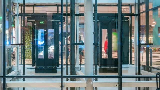vídeos de stock e filmes b-roll de timelapse of elevators in the shopping mall(loopable) - armazém comercial