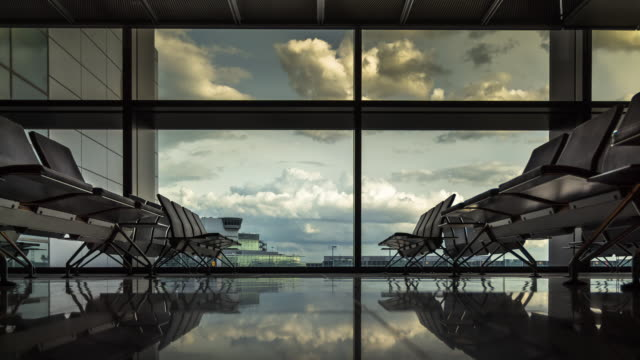 vídeos de stock e filmes b-roll de timelapse of empty airport boarding lounge - plano picado