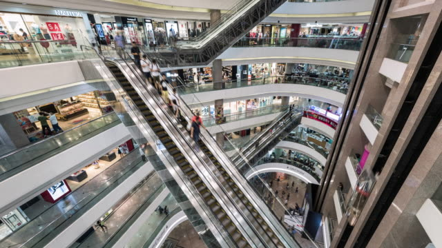 vídeos de stock, filmes e b-roll de timelapse of escalator inside busy shopping center - economia