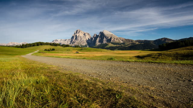 time-lapse of european alps mountain , alpe di siusi , dolomites , south tyrol , italy - alpe di siusi video stock e b–roll