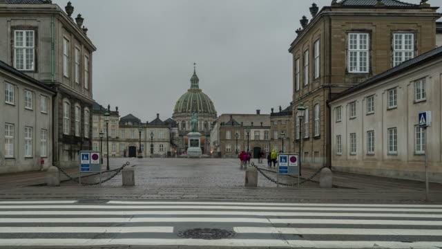 zeitraffer von frederik ist kirche in amalienborg town square kopenhagen dänemark - prinz königliche persönlichkeit stock-videos und b-roll-filmmaterial