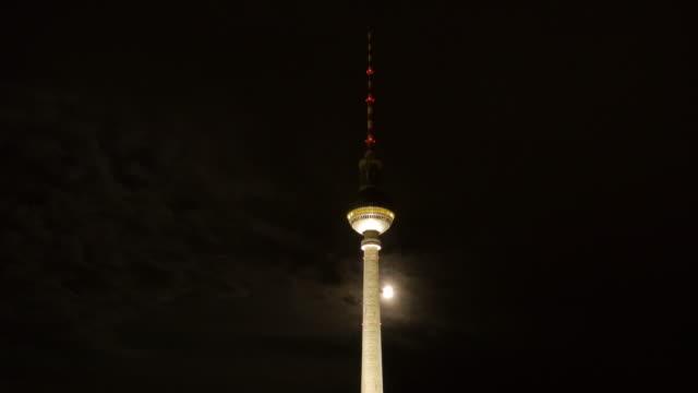 timelapse of full moon in berlin passing behind tv tower - spira tornspira bildbanksvideor och videomaterial från bakom kulisserna