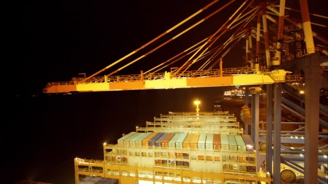 vídeos y material grabado en eventos de stock de timelapse of gantry cranes loading shipping containers aboard the cma cgm sa's benjamin franklin container ship while docked at the xiamen songyu... - benjamín franklin