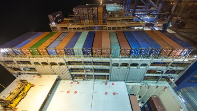 vídeos y material grabado en eventos de stock de timelapse of gantry cranes loading shipping containers into the cargo hold of the cma cgm sa's benjamin franklin container ship while docked at the... - benjamín franklin