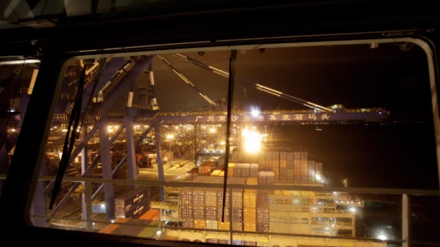 vídeos y material grabado en eventos de stock de timelapse of gantry cranes loading shipping containers onto cma cgm sa's benjamin franklin container ship viewed from a window on the bridge while... - benjamín franklin