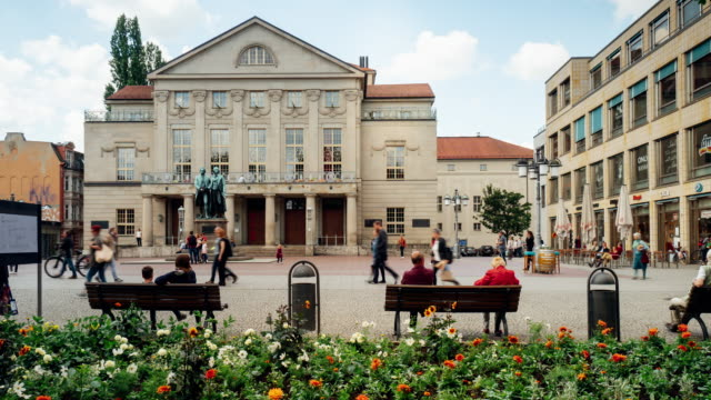 timelapse del teatro nazionale tedesco di weimar, germania - weimar video stock e b–roll