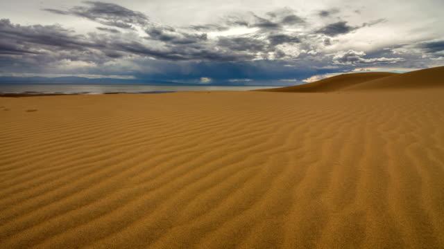 vidéos et rushes de timelapse of gobi desert  with a cloudy sky - désert de gobi