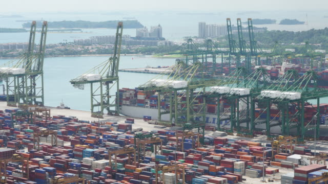 vídeos de stock, filmes e b-roll de intervalo de tempo de vista de alto ângulo de contentores de carga no porto comercial - recipiente