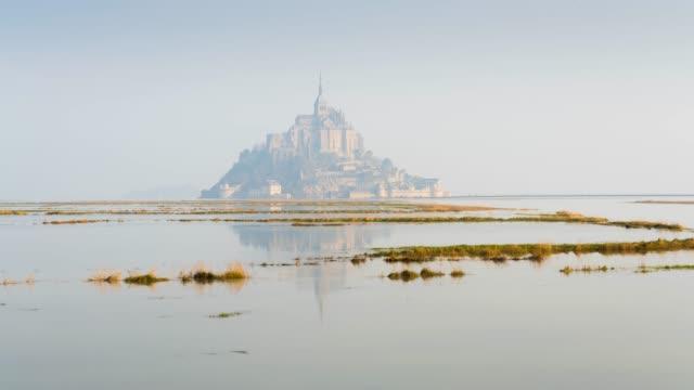 timelapse of high tides in mont saint-michel - gezeiten stock-videos und b-roll-filmmaterial