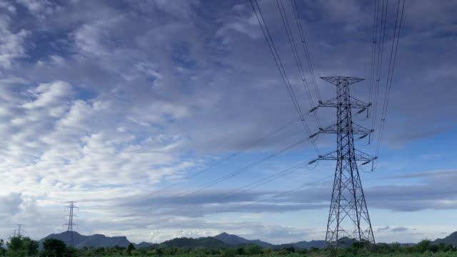 vídeos de stock, filmes e b-roll de intervalo de tempo de alta tensão linha sob céu nublado - alta voltagem