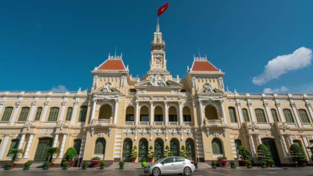 zeitraffer von ho chi minh city hall oder saigon city hall ist beliebt für touristen in ho-chi-minh-stadt, vietnam - colonial stock-videos und b-roll-filmmaterial