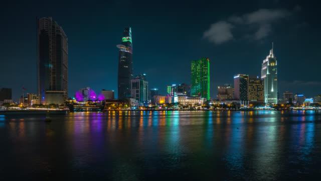 ホーチミン市のダウンタウンでの中心のホーチミン市のスカイラインと超高層ビルのタイムラプス。夜のベトナムのホーチミン市のサイゴン川の街並みのパノラマ - ホーチミン市点の映像素材/bロール