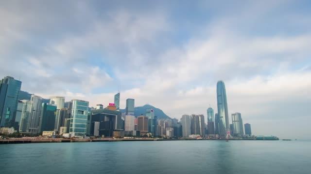 (zoom in) zeitraffer von hong kong stadtbild im waterfront im bewölkten himmel. - high dynamic range imaging stock-videos und b-roll-filmmaterial