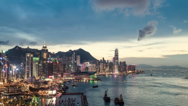 vídeos de stock, filmes e b-roll de timelapse of hong kong skyline and victoria bay showing financial district - hong kong