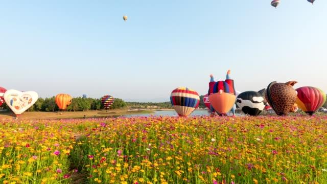 vidéos et rushes de time-lapse de ballons à air chaud de sortie de vol dans le ciel sur le festival annuel à chiang rai - air vehicle