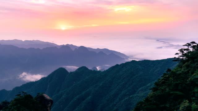 vídeos de stock, filmes e b-roll de timelapse da montanha huangshan - cordilheira