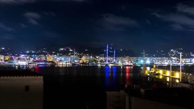 ボートとライトで夜のイビサスペイン港のタイムラプス - イビサ島点の映像素材/bロール