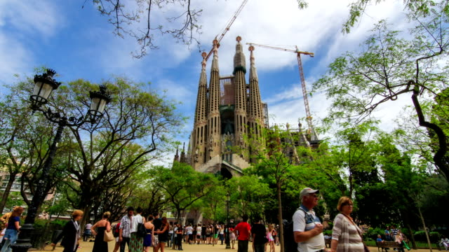 timelapse of iconic tourist attraction in barcelona, sagrada familia cathedral - sagrada familia bildbanksvideor och videomaterial från bakom kulisserna
