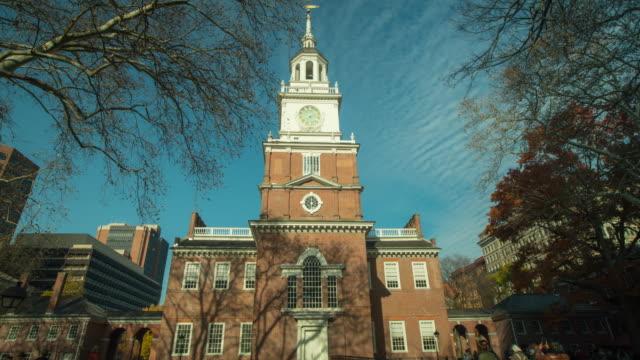 vídeos y material grabado en eventos de stock de time-lapse of independence hall in philadelphia - colonial