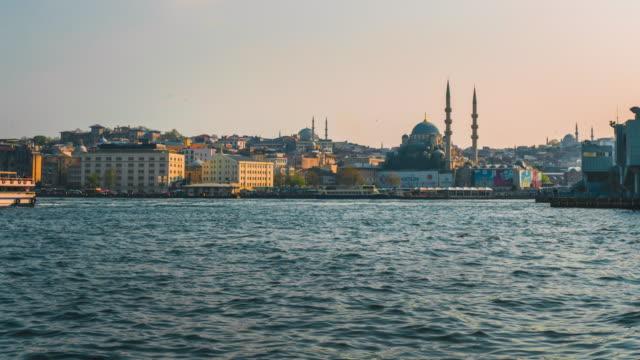 zeitraffer des istanbuler stadtbildes galata brücke schwimmende touristenboote in bosporus,istanbul türkei - galataturm stock-videos und b-roll-filmmaterial