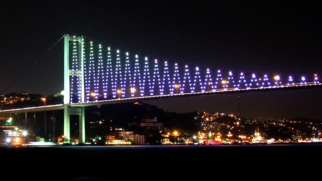 stockvideo's en b-roll-footage met timelapse of istanbul's colorful bridge by night - 15 juli martelaarsbrug