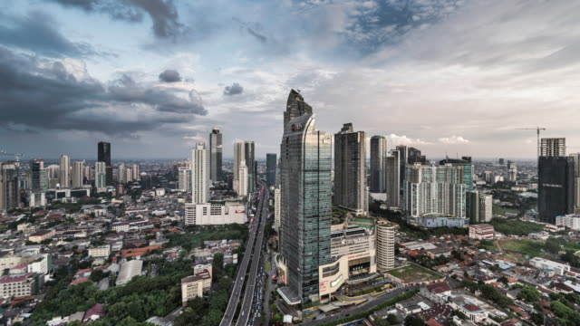 vídeos de stock e filmes b-roll de timelapse of jakarta skyline, downtown area - indonesia