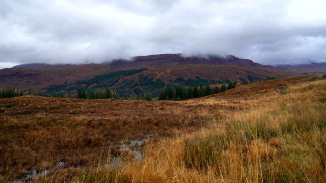 zeitraffer der landschaft und die berge im hochland, schottland - schottisches hochland stock-videos und b-roll-filmmaterial