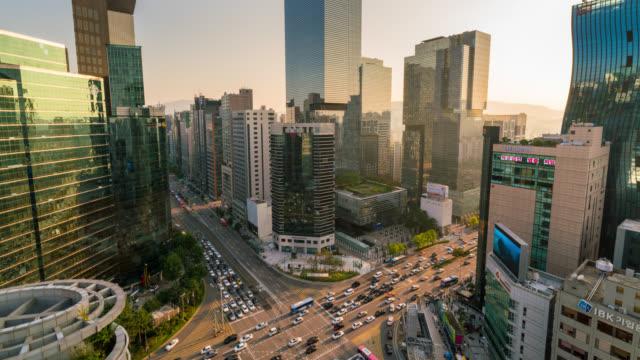 光のタイムラプスは、韓国ソウル市にソウルの江南中央ビジネス地区の交差点経由のトラフィックの速度をトレイルします。 - ソウル点の映像素材/bロール